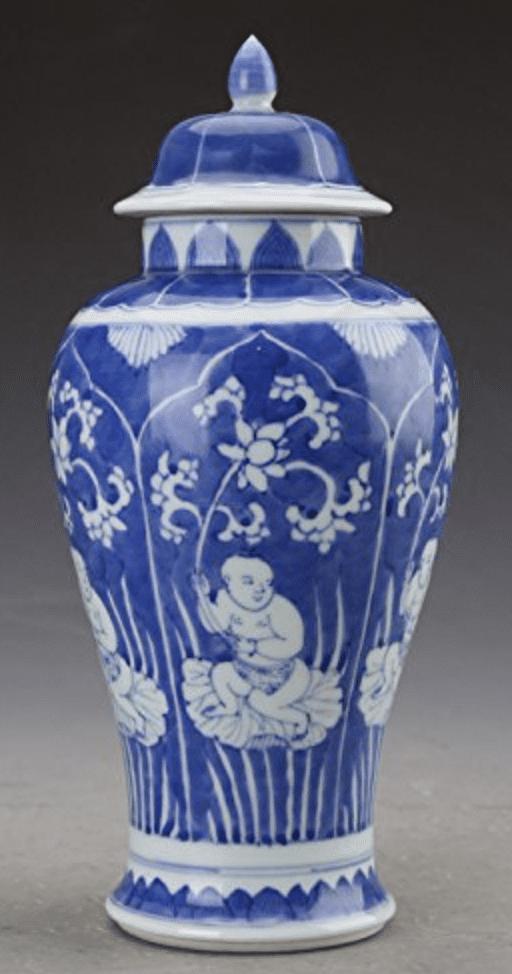 Jarrón chino azul con tapa y dibujos de personas