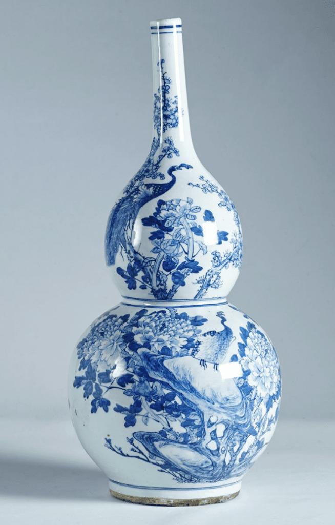 Jarrón chino con cuello estrecho grande, y de color azul y blanco