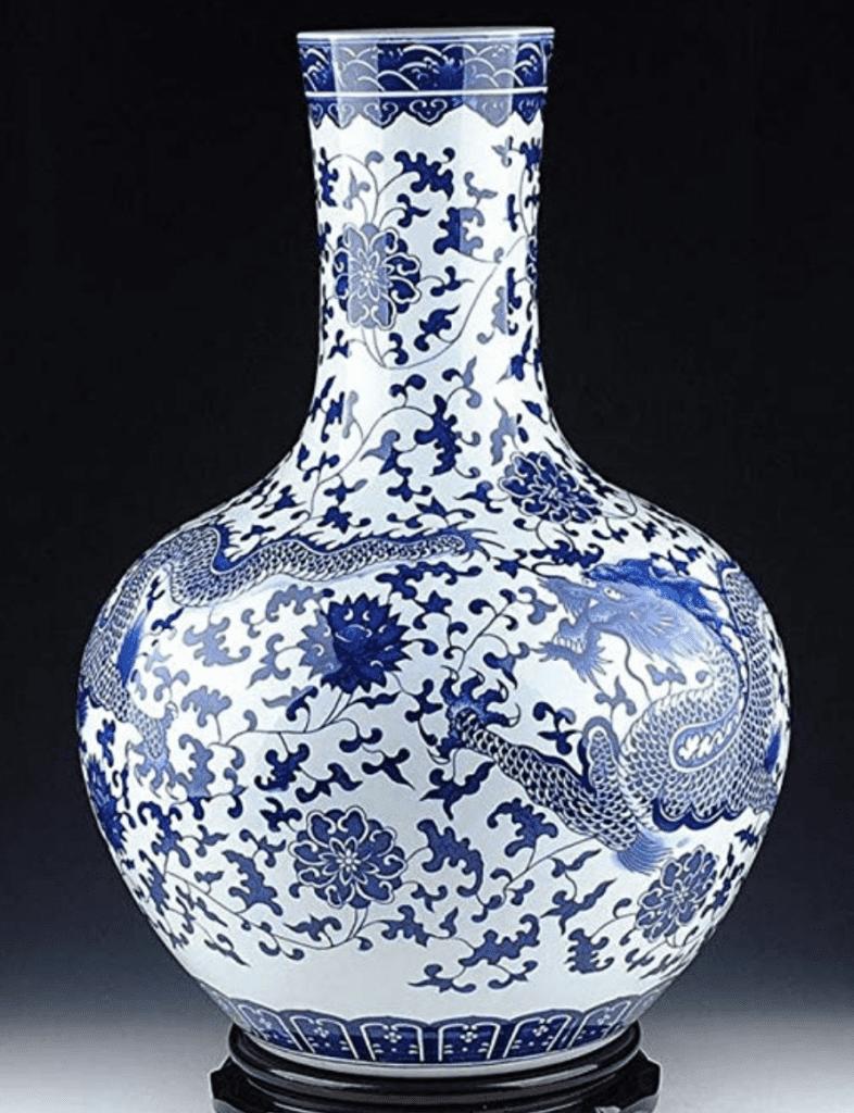 Jarrón chino azul y blanco con dragones azules, con fondo blanco y cuello ancho